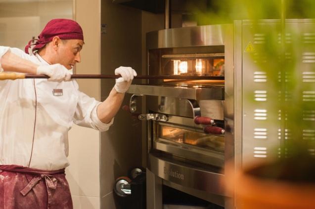 Chef making pizza vapiano soho
